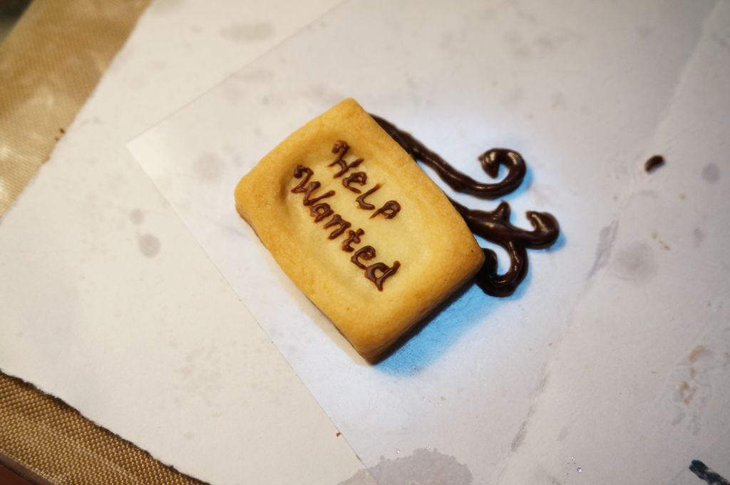 用巧克力在饼干牌上写字,再画出装饰