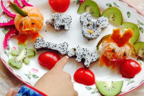 难度:切墩(初级)   主料 火龙果 猕猴桃 桔子 西红柿 水果拼盘的图片