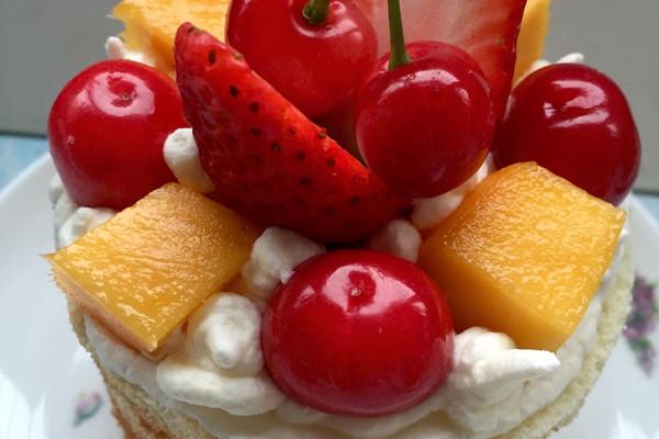 主料 蛋糕坯子6寸3个 淡奶油250ml 糖20g 草莓芒果车厘子适量 迷你