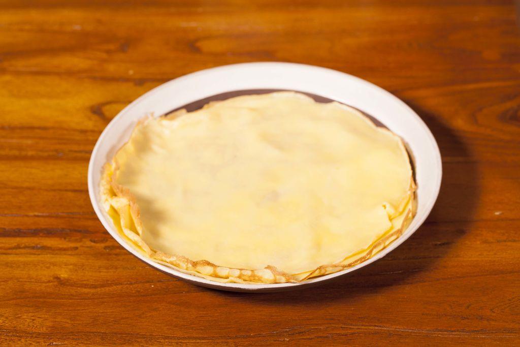 芒果班戟(科普一下,这个字读j ),一直以来在我心目中甜品地位排名都是第一位的。奶油的冰爽清香加上清甜的芒果,咬上一口,绝对是舌尖上的享受,让你吃过了还想吃。 最重要的是,这么好吃的芒果班戟,只要一只平底锅,在家就能够轻松完成哦,一起动手试试吧。