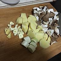 香菇土豆炖牛肉的做法图解2