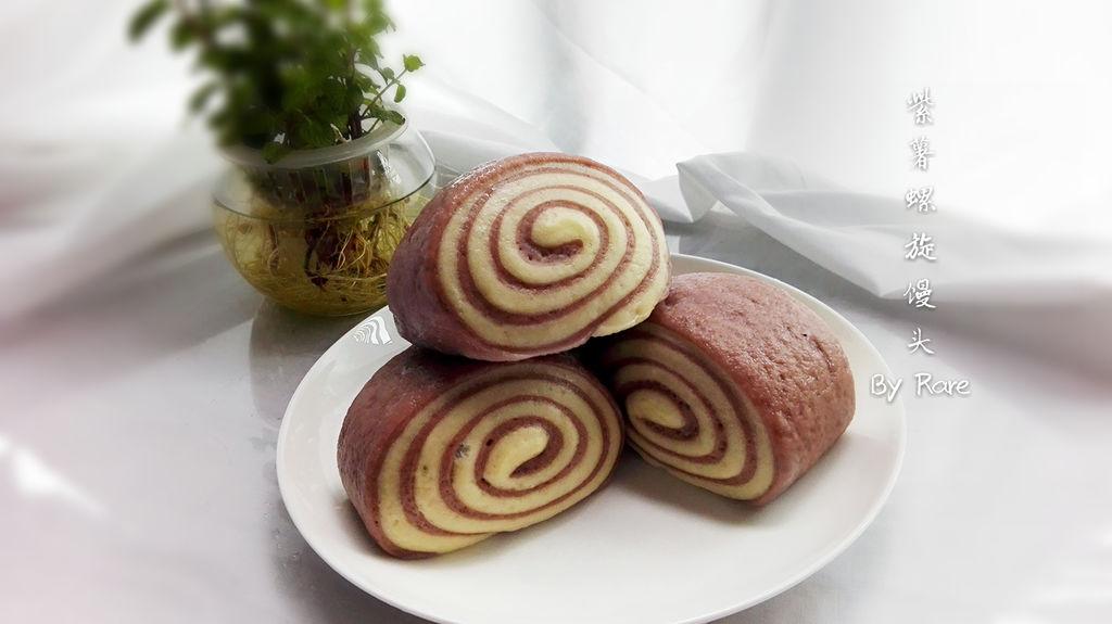 紫薯又叫黑薯,英文名称PurplePotato,薯肉呈紫色至深紫色。它除了具有普通红薯的营养成分外,还富含硒元素和花青素。 紫薯口味细腻甜滑,香味浓郁。其营养丰富,赖氨酸和锰、钾、锌等微量元素,以及具有抗癌作用的碘、硒,属目前最为理想的健康食品。它的色素是天然的,对人体没有坏处。 紫薯同时还富含硒元素和花青素。紫薯营养丰富具特殊保健功能,其中的蛋白质氨基酸都是极易被人体消化和吸收的。其中富含的维生素A可以改善视力和皮肤的粘膜上皮细胞,维生素C 可使胶元蛋白正常合成,防治坏血病的发生,花青素是天然强效自由基