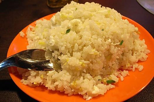 放适量盐调味,出锅 小贴士 蛋炒饭的饭,身骨要挺,隔夜为佳; 水气不能