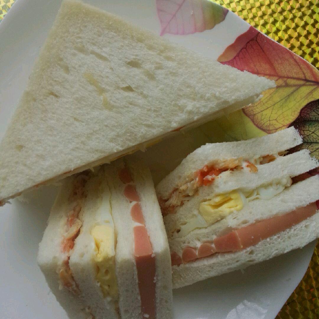 泡面火腿肠2条 面包4片 鸡蛋1个 盐2g 沙拉酱1瓶 三明治的做法步骤 1.