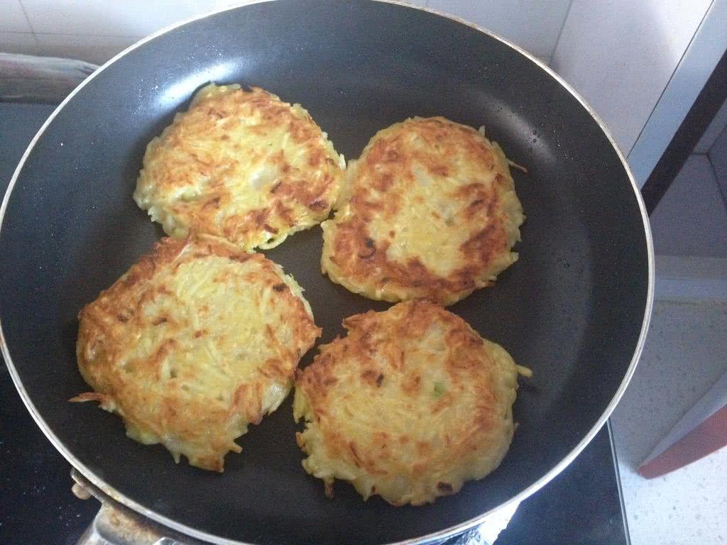 家常土豆饼的做法步骤 7. 熟了之后盛出来上面浇上甜辣酱即可.
