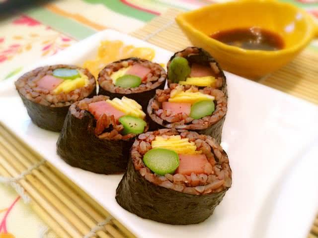 红米芝士芦笋寿司和鱿鱼芝士饭团