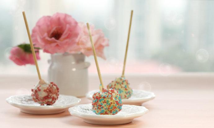 椰丝适量 草莓干碎适量 脆米粒儿适量 棒棒糖蛋糕的做法步骤 1.