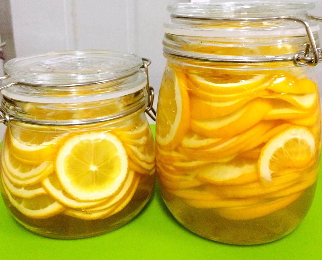 1、一定要空腹喝,早上或下午3-4点,皮肤最需要补水,此时饮用效果最好。喝完十分钟以后再吃东西。 2、因为柠檬的酸性很强,所以蜂蜜不要放得太少,不然泡出来的蜂蜜水会很酸。 3、冲调柠檬蜜的时候不要用开水,因为蜂蜜中含有酵素,遇上开水会释放过量的羟甲基糖酸,使蜂蜜中的营养成分被破坏,用温开水冲调最好。 虽然这款蜜渍柠檬建议是要空腹喝效果最好,但是,柠檬因为酸性较强,胃不舒服的朋友,还是建议在晚上胃还没有排空前喝。并且每次喝的时候柠檬的量要减少。