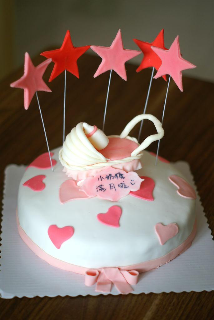 主料 海绵蛋糕1个 翻糖适量 婴儿车翻糖蛋糕的做法步骤 7.