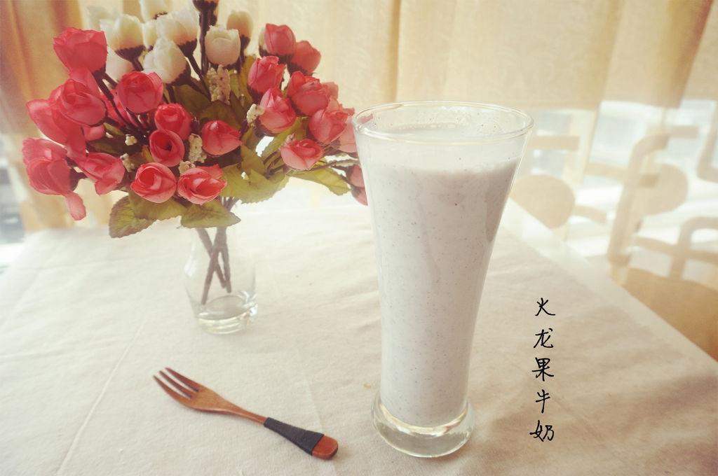 主料 1个 2盒 辅料   如:盐如:1勺 火龙果牛奶的做法步骤 1.