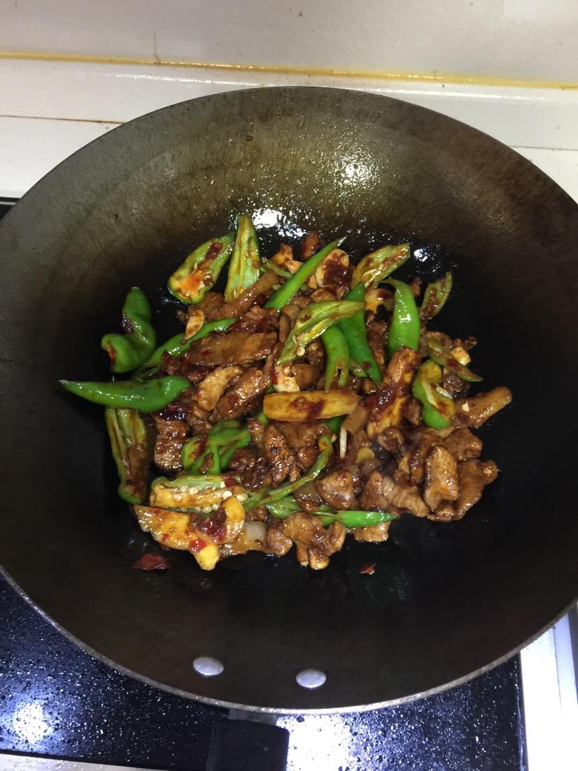 锅中置少许油油开倒入一勺豆瓣酱炒出红油后将青椒姜蒜翻炒加入吃黑芝麻会拉肚子吗图片