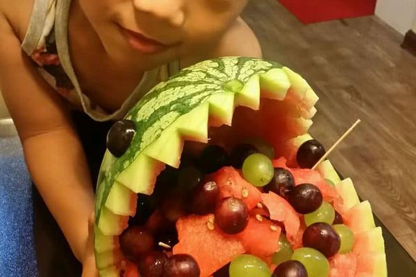 鲨鱼西瓜果盘的做法 鲨鱼西瓜果盘怎么做如何做好吃 鲨鱼西瓜果盘家