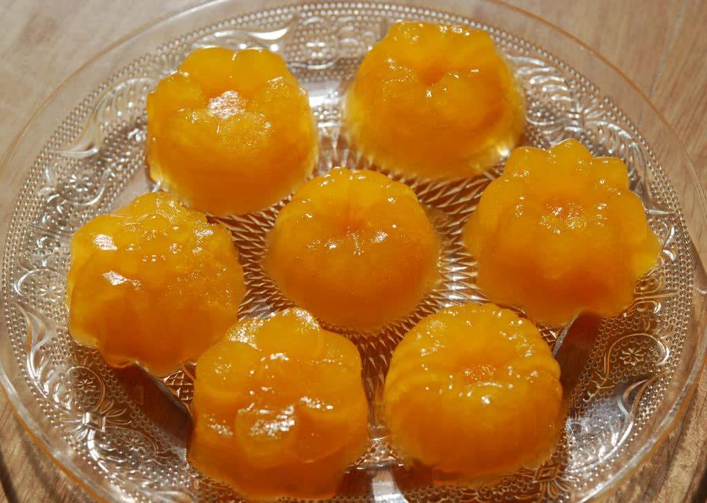 2. 橘子,取6-个,每个橘子懒腰抛开成两半,德尔榨橙机洗干净安装好,通电,半个橘子按在机器上,机器自然转动,橘子汁就直接流到杯子里。榨取大约300克的橘子汁待用。这样榨取的橘子汁有汁有肉,味道非常好,基本没浪费什么果肉。德尔榨橙机可以榨取诸如橙子,橘子,西柚之类的水果,出汁率非常高!