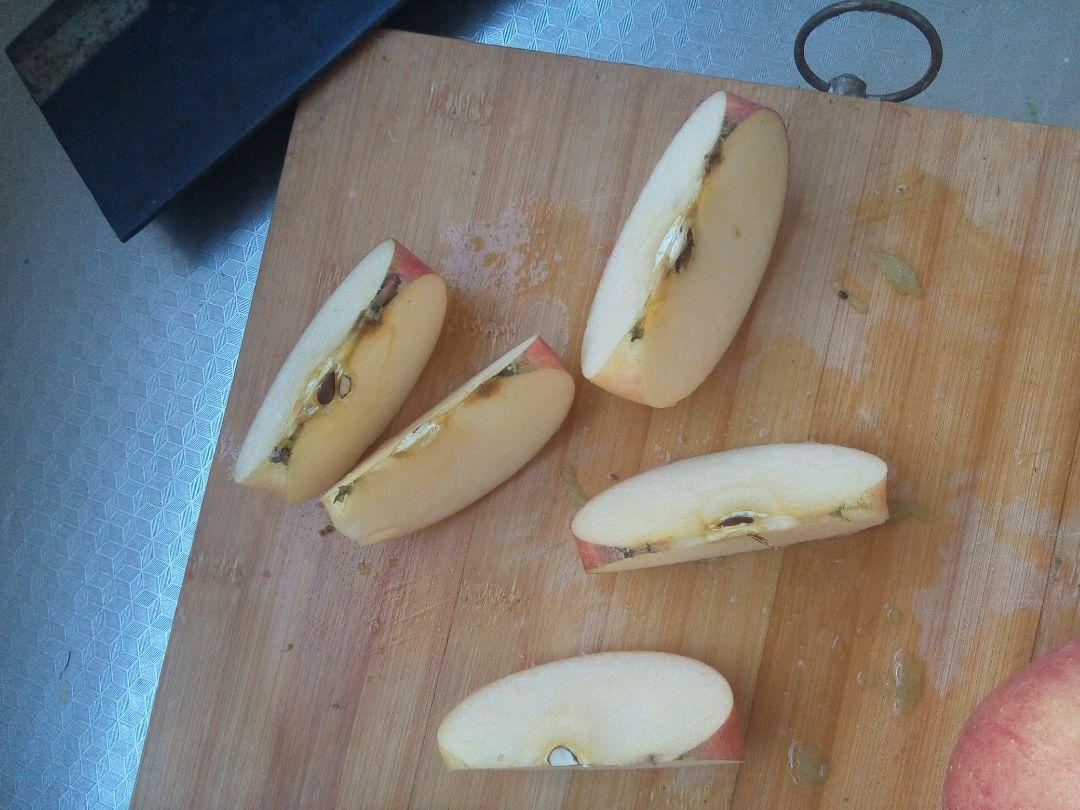 1,去猕猴桃的气可以用小勺直接挖出来猕猴桃的果肉,也可以像削苹果一样,削皮,靠自己爱好。2,切苹果是一定不要切断要留一点底部的连接,要不摆盘记不住,3。大西红柿也可以换成别的瓣状水果就可以,只要能支持苹果的站立就好。