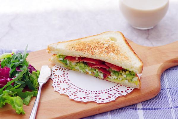 牛油果培根三明治的做法
