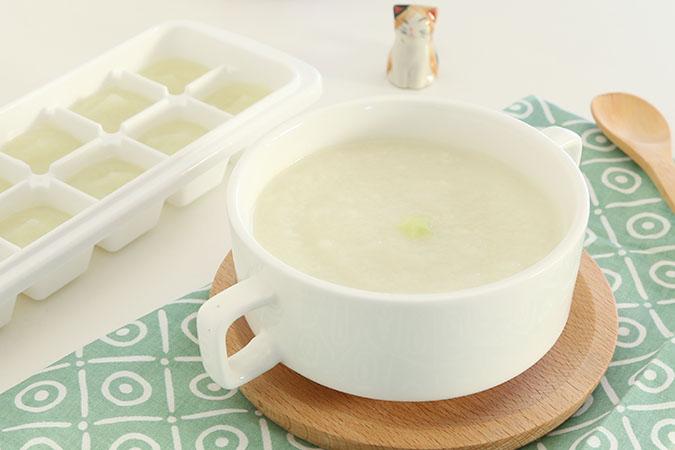 米粉的主要成分是大米,婴儿米粉是以大米为主要原料,以白砂糖、蔬菜、水果、蛋类、肉类等选择性配料,加入钙、磷、铁等矿物质和维生素等加工制成的婴幼儿补充食品,供母乳或婴儿配方奶粉不能满足营养需求以及婴儿断奶时食用,是宝宝添加辅食的第一步,宝宝的辅食添加的是否合理直接影响宝宝的身体健康,同时通过适量钙、磷、铁、蛋白质等婴幼儿全面发育成长所需营养物质和微量元素的加入,科学配方配料加工制作而成的专用于母乳不足,或成人饭食过度时为婴幼儿补充、提供营养的一种现代科学辅食。