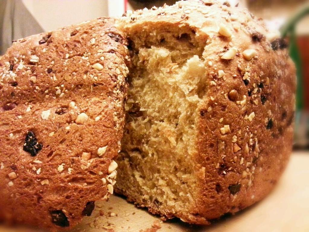 1. (1)把面包机洗净,固定好面包桶和转刀。 (2)按照食谱中写好的量顺序放入: 牛奶打散的鸡蛋液(液态黄油或者植物油)糖盐全麦粉高筋粉酵母 #酵母绝对不能盐油接触,所以一定要顺序放入哟!# (3)放好材料后选择杂粮面包菜单,烧色选择中,重量选择750g。然后面包机就自动和面啦!这时你就可以准备加的果料了! (4)把花生核桃装入保鲜袋用擀面棒碾碎,再混入燕麦片,装在一起备用。 (5)约半小时后面包机蜂鸣提示音响起,加入混合果料,好了你可以去玩啦~ (6)两小时后,浓浓麦香的热乎乎的面包就出炉啦!