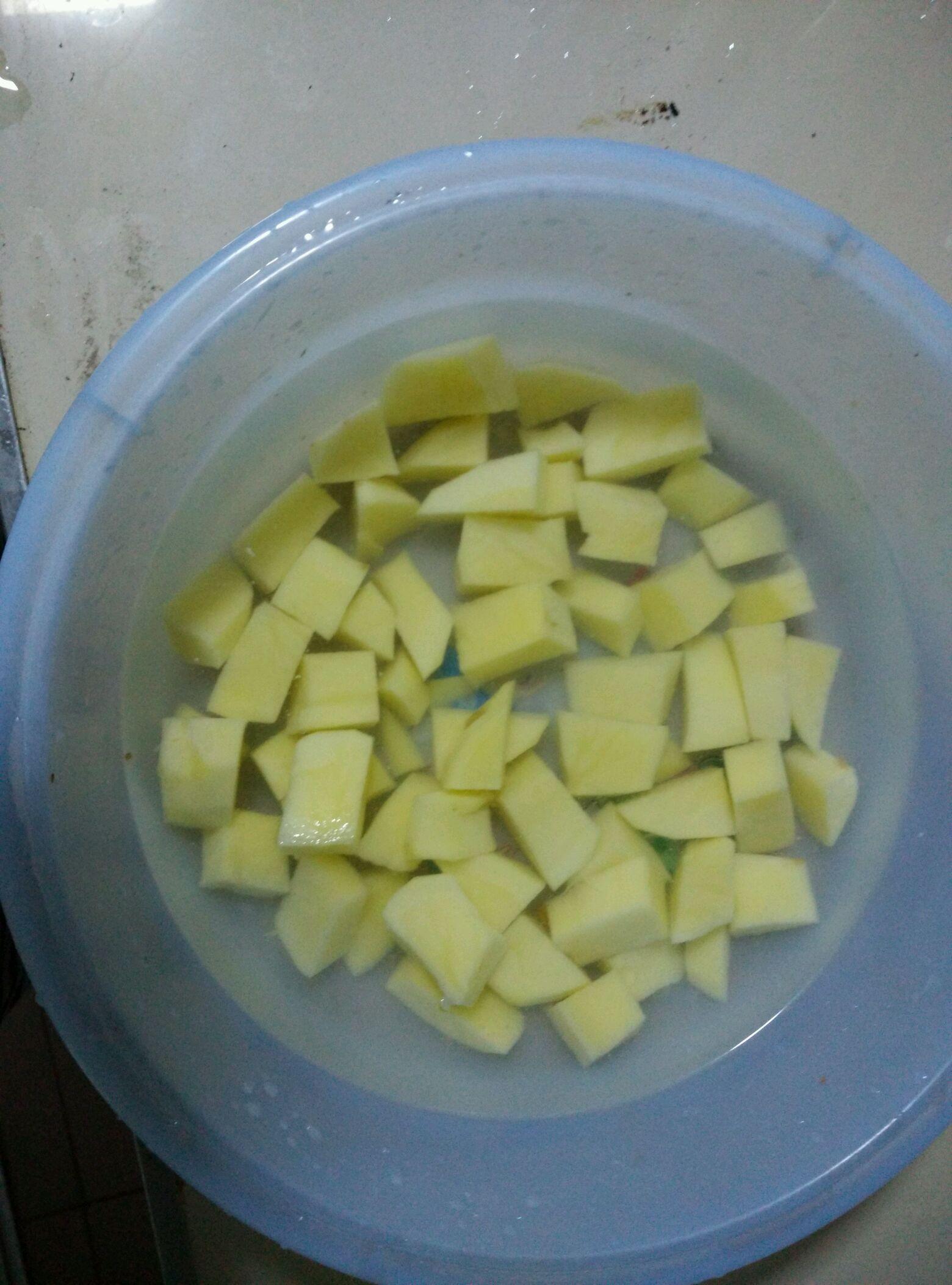 土豆切块备用  大蒜 老姜切片备用
