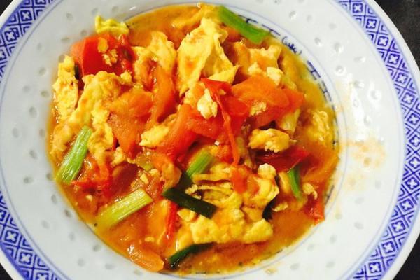 鸡蛋3个 盐适量 糖适量 味精适量 葱1条 西红柿炒蛋的做法步骤 1.