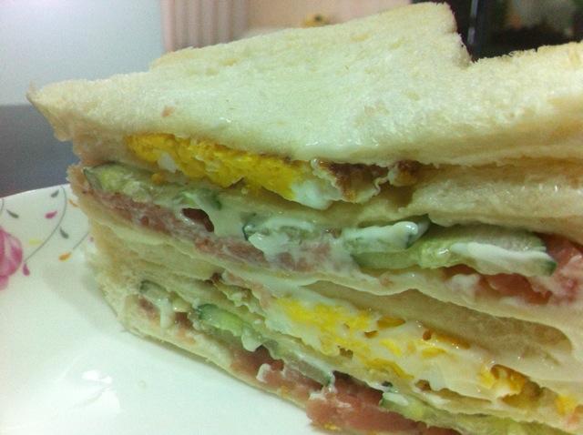 让面包包的更紧,然后延对角线切开两半,秀色可餐的三明治就做好了.