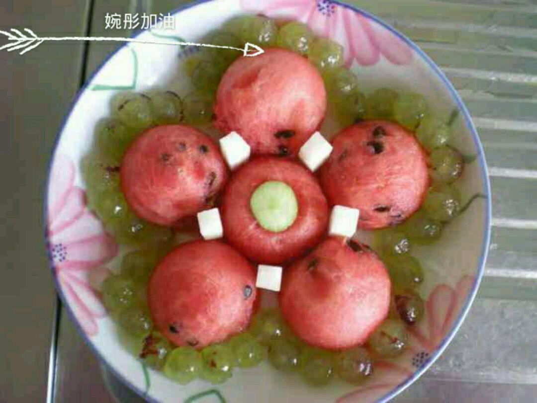 主料 西瓜适量 葡萄适量 梨适量 冬枣1个 儿童水果拼盘花儿的图片