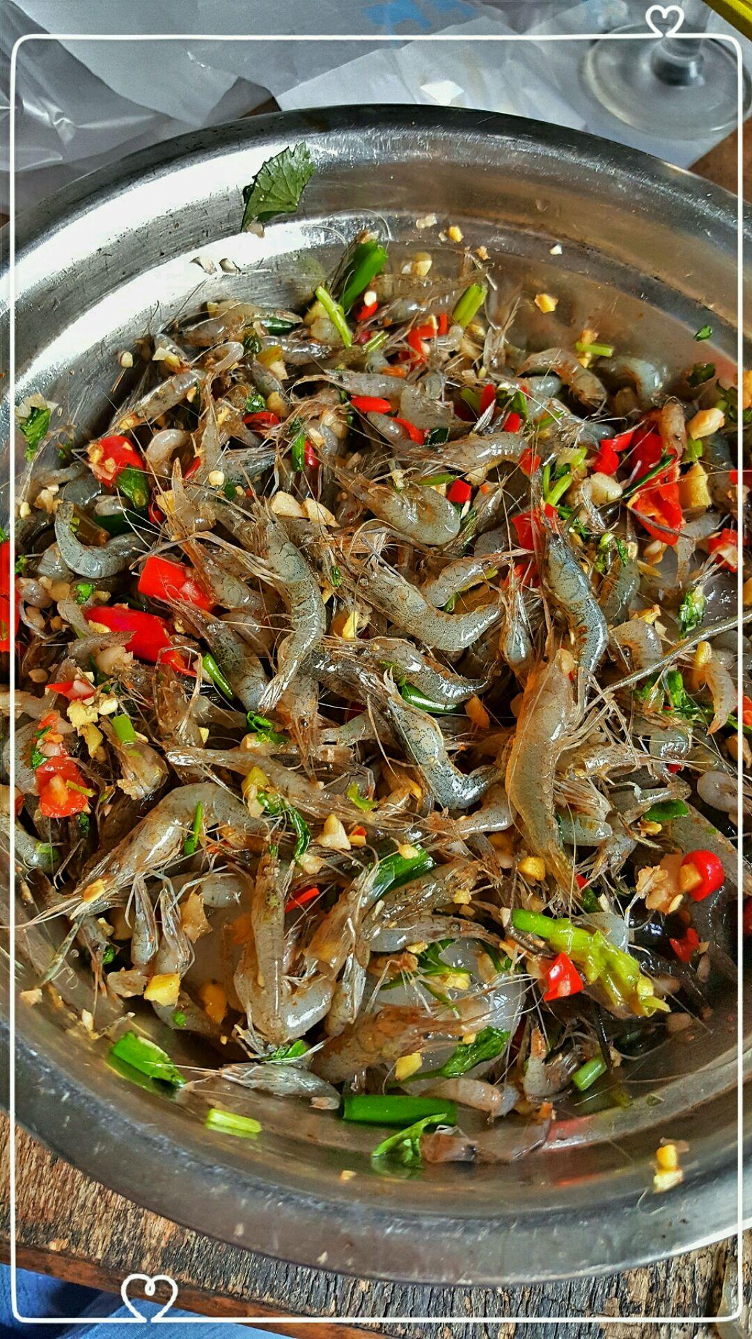 醉虾的做法步骤 1. 葱姜蒜 小米椒 切碎 可多放点 放入大碗中 2.