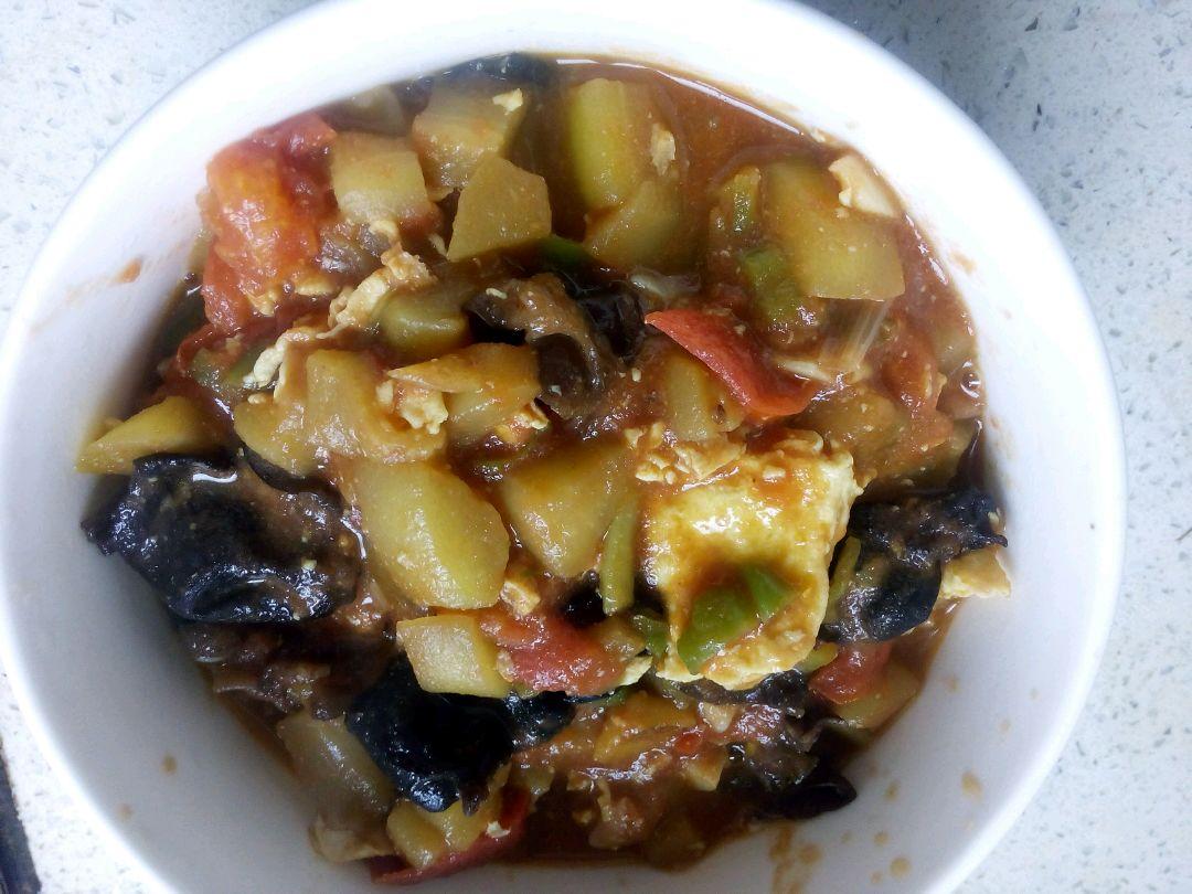 4. 炒鸡蛋,稍微凝固就可以先盛出锅。再倒油,油热了以后放入葱,蒜,青椒煸炒,再倒入茄子翻炒,大概一分钟以后,放入西红柿和木耳再炒一分钟的样子,就可以倒一碗清水没过菜即可,这时候可以加入生抽,鸡精,然后盖上锅盖,等差不多收汁以后把鸡蛋倒进入,加适量的盐以及一勺醋即可。这里盐可以稍微多一点,因为还要拌面~