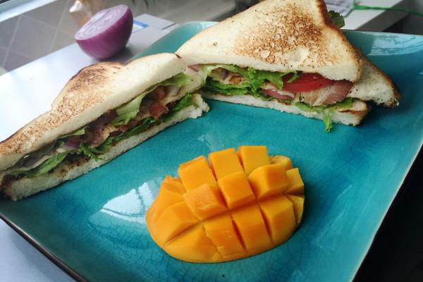 快速简易版好吃的三明治(培根 火腿)的做法