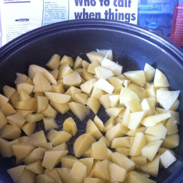 土豆切块,随意切,想怎么切怎么切!