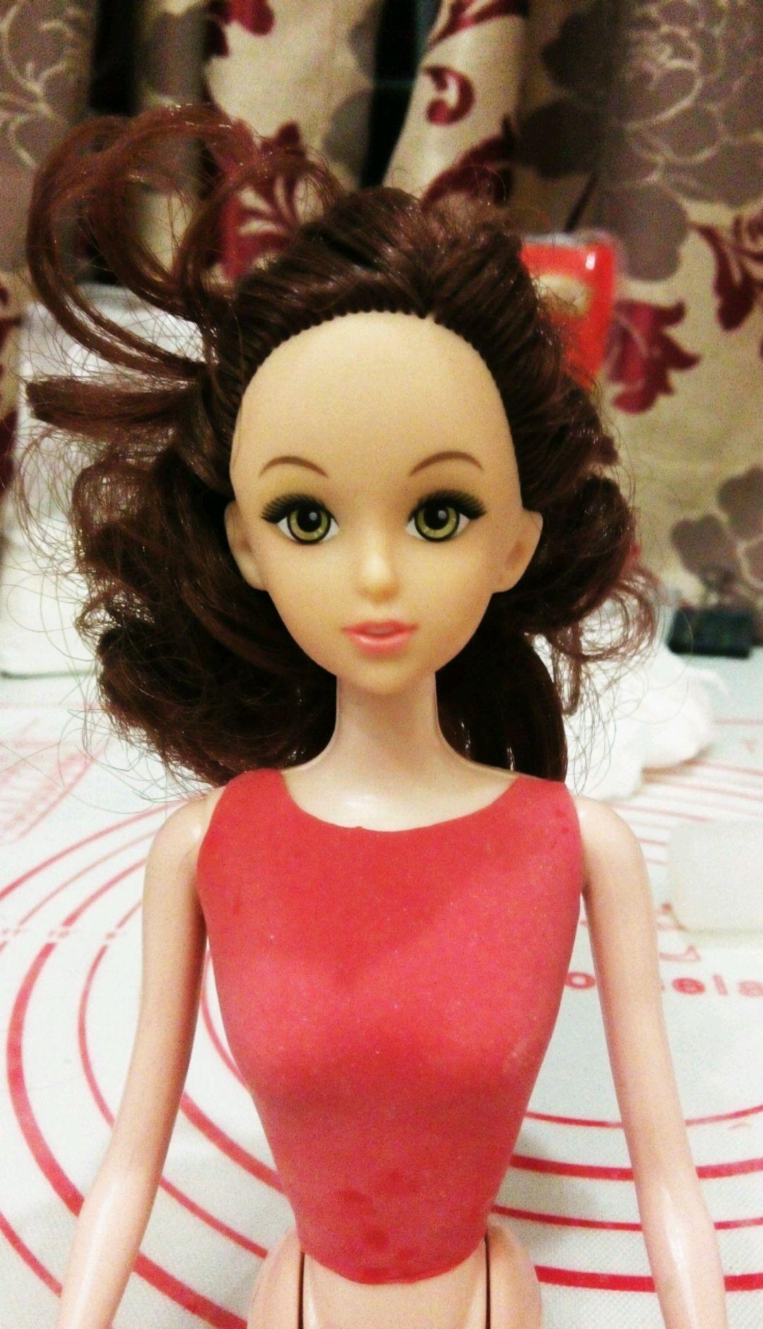 准备一个30cn的芭比娃娃,红色翻糖膏做好衣服
