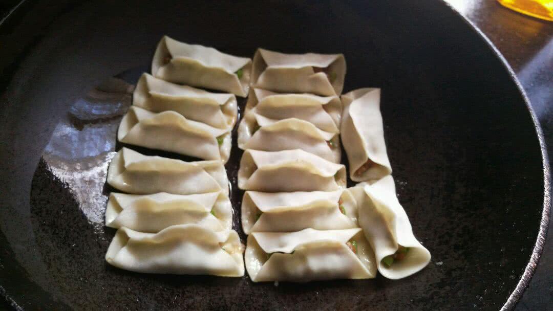 蒜黄锅贴的做法图解7