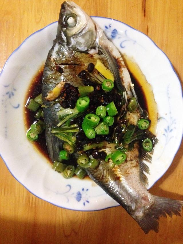 主料 1条 辅料   50g 盐2勺 1块 10g 青椒豆豉蒸鱼的做法步骤 1
