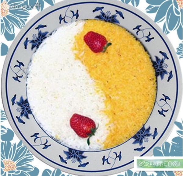 一个朋友老妈过生日,在饭店里吃到了一种太极饭,是大米与黑米蒸出来的,甜甜的,糯糯的,里面还有豆沙,很好吃。饭店里有专业的盘子,就像鸳鸯火锅的那种。回到家里自己也想做出那样的,可每次大米与黑米的颜色都是混的一塌糊涂!这两种颜色相差太大了,难度太高,偶操纵不了!后来想想就换两样米吧!像包粽子一样,把米浸泡好~~~~~简单的蒸两种颜色的米饭得了,拿出来趁热再加糖吃(*^__^*) 嘻嘻 结果双色甜米饭蒸出来,请家里的小小品尝家小宝品尝,给此道双色饭的评价是:挺好好看,但没有饭店里有豆沙的好吃!呜呜~~~~生