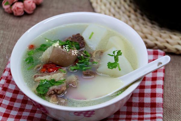 热腾腾的萝卜炖羊肉汤