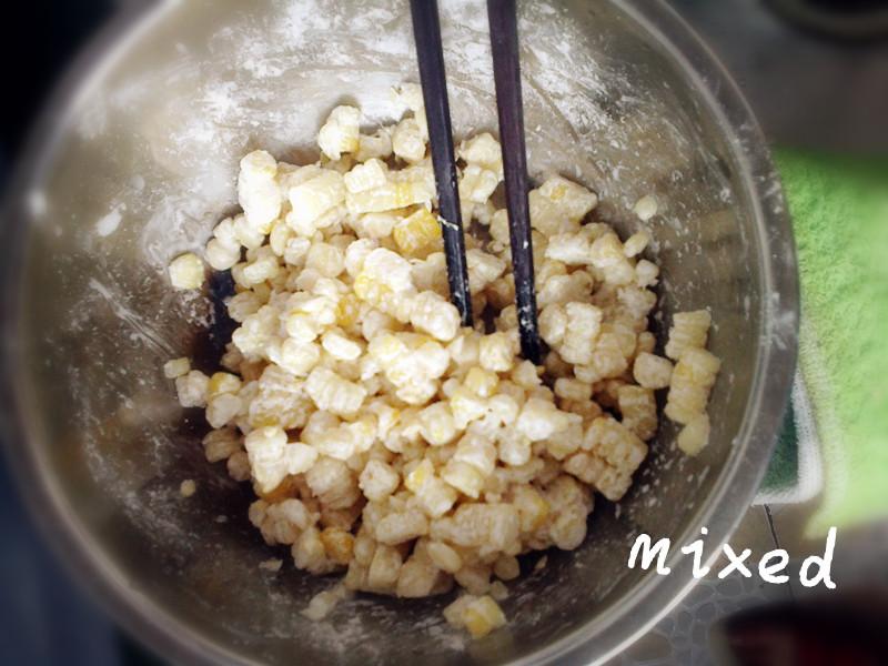 用刀把玉米粒挂下来(这样快点儿),加淀粉,糯米粉,水和匀,每一粒玉米都