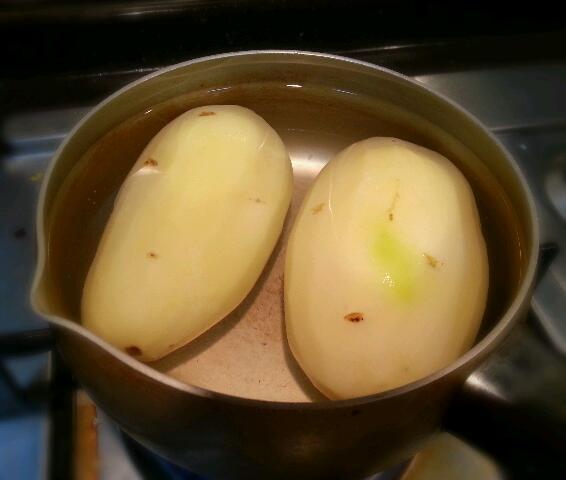 土豆削皮,煮5分钟.