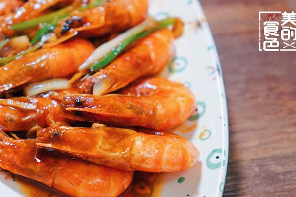 9月,又到秋汛,是对虾的捕捞季节之一,对虾营养丰富,且其肉质松软,易消化,对身体虚弱以及病后需要调养的人是极好的食物。 而油焖大虾则是非常常见,也非常美味的一种烹饪虾的方法,油焖是鲁菜的烹饪方式之一,主要以调味油和调料汁进行焖制法。 焖制时加汤量比其他焖法要少, 焖制时间要短, 初步熟处理一般采用煸炒或油炸的方法。 油焖要求原料鲜嫩易熟, 成菜色泽浅红油亮。 油焖虾的方法有很多,今天小美就教给大家自己经常做的一种~