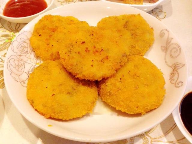 洋葱1小半 盐 胡椒粉 面包糠 面粉 鸡蛋1个 黄金土豆饼的做法步骤 1