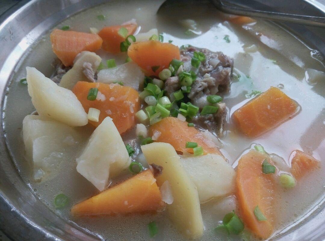 胡萝卜土豆脊骨汤