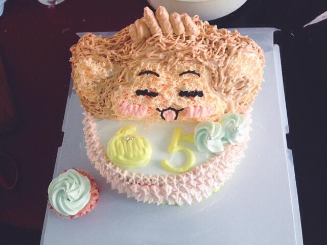 看到豆果五周年了好开心,看看自己已经4.6岁了好激动。看到活动那天就在筹划着做个什么样的蛋糕给豆果庆生。今年是猴年,就应景做个小猴蛋糕吧!说实话,这是我第一次做造型蛋糕,开始烘焙也才三个月。但是内心充满力量能够做好。已经不记得是怎样与豆果结缘的了,但是豆果给了我做菜的动力,每次做饭之前都会拿出手机打开豆果搜一下,根据菜谱做出菜时的兴奋,被豆友们点赞时心里美滋滋的。豆果见证着我的一步步进步,从只会西红柿炒鸡蛋到慢慢的各种菜,当然比起豆果上的各位V神我还差得远呢,但我的目标就是加V,嘿嘿,继续努力!这个小猴蛋