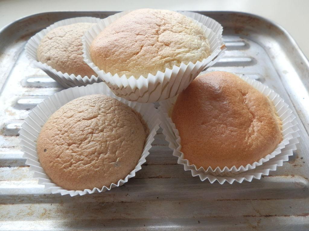 蛋糕是一种古老的西点,一般是由烤箱制作的,蛋糕是用鸡蛋、白糖、小麦粉为主要原料。以牛奶、果汁、奶粉、香粉、色拉油、水,起酥油、泡打粉为辅料。经过搅拌、调制、烘烤后制成一种像海绵的点心。