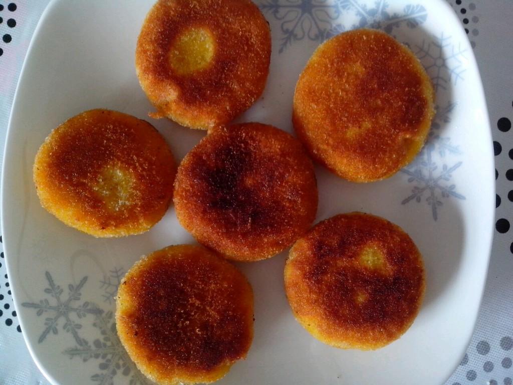 南瓜饼可以是家宴上一道不错的点心,也可以配上一杯牛奶当做早餐食用.