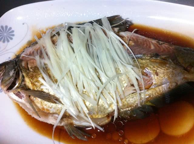 葱一根 李锦记蒸鱼豉油适量 老姜适量 料酒适量 清蒸武昌鱼的做法步骤