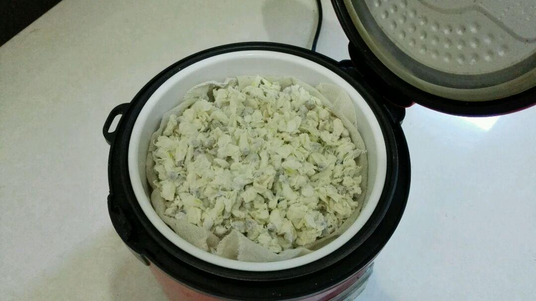 放在屉里上锅蒸,我是下面蒸了半碗米饭,电饭锅把米饭蒸好后,槐花卟啦