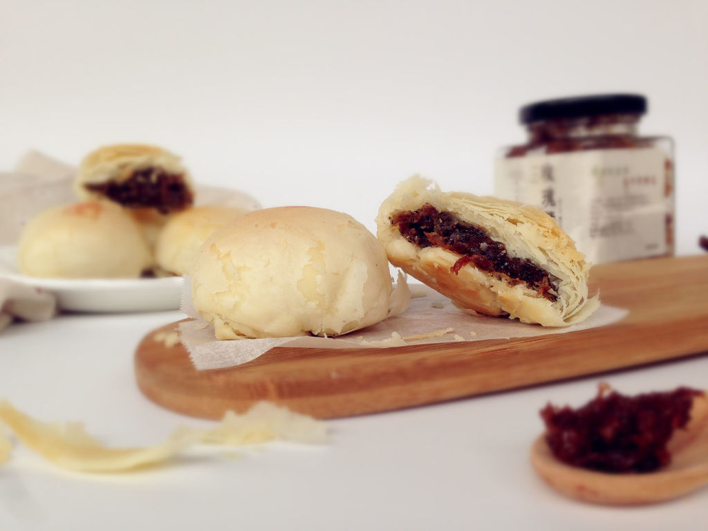 以食用玫瑰花入料的酥饼,是具有云南特色的云南经典点心代表。里面包裹着的玫瑰花酱是将玫瑰花的花瓣用糖腌制成的,有滋补健肝脾功能,同时也是健美食品,长期食用能防止皮肤干裂、老化,有滋润皮肤功效。这个酥饼用的是植物油,起酥效果也很棒,加上东菱K30A烤箱稳定的温度,烤出来的酥饼上色很均匀。下面的分量可以做8个饼。