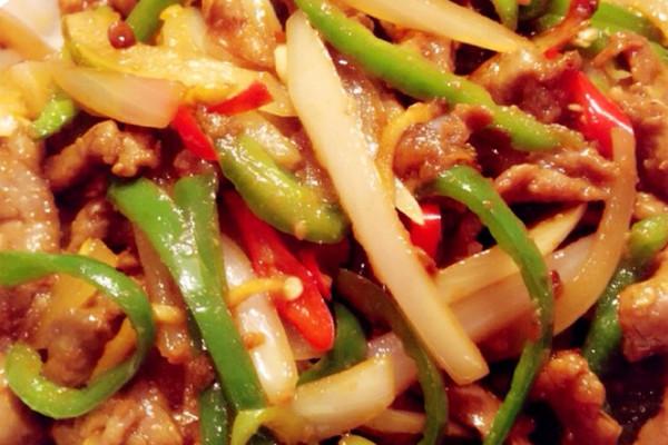 难度:切墩(初级)   时间:10~30分钟       主料 牛肉 青椒3个 小米辣3