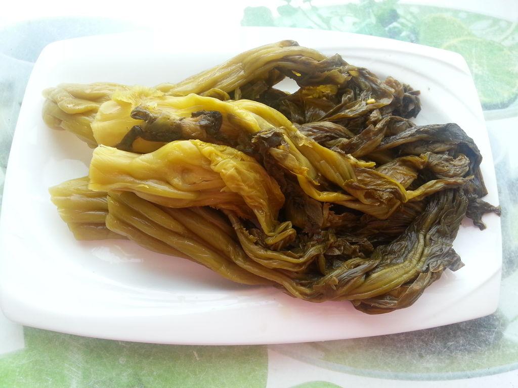 四川酸菜用清水洗净,再用清水浸泡半小时左右.