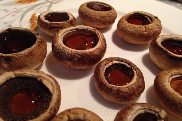 【蘑菇】信息摘自〖百度〗 各地区对蘑菇的名称有所不同,但蘑菇一名比较通用。蘑菇营养丰富,富含人体必需氨基酸、矿物质、维生素和多糖等营养成分,是一种高蛋白、低脂肪的营养保健食品。经常食用蘑菇能很好地促进人体对其他食物营养的吸收。春季养生很适合吃蘑菇补充身体营养。 名称:蘑菇 汉语拼音:m gu 英文名:Mushrooms 考证:出自《神农本草经》 科属分类:蘑菇科 性味:微寒、性凉、味甘、入肝、胃经. 归经:入肝、胃。 功效: 一:益气开胃,久病虚羸及老人小儿体弱者; 二:托痘疹; 三:抗癌; 四:降血糖。