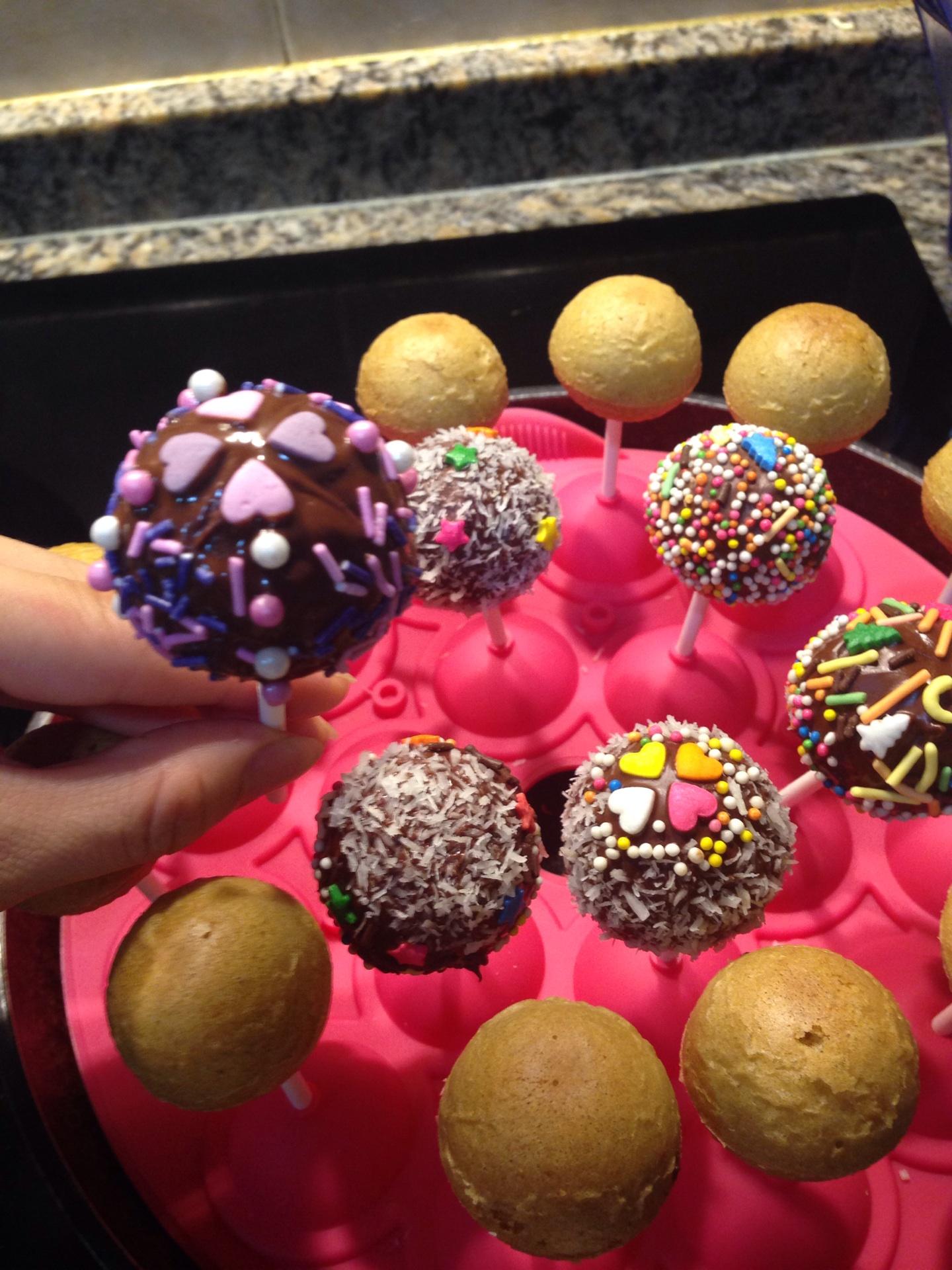 巧克力随意 装饰糖珠随意 细白糖50g 椰蓉适量 棒棒糖蛋糕的做法步骤