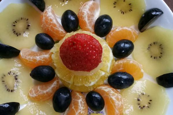 脐橙1/5 奇异果1个 砂糖橘2个 草莓一个 黑加仑适量 繁花……水果拼盘